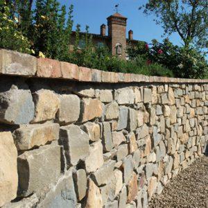 muro in pietra di langa e mattoni
