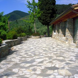pavimento in pietra luserna e pietra calcarea