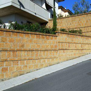 muro in blocchetti di tufo