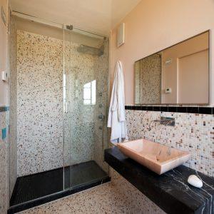 bagno marmo nero marquinia e rosa portogallo